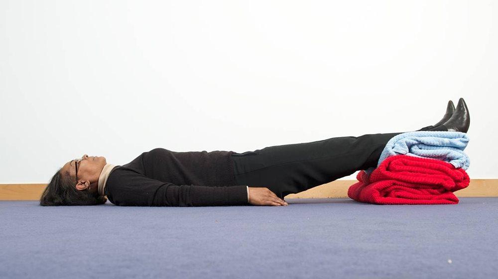 Cần nằm kê cao chân khi bị tụt huyết áp sau sinh